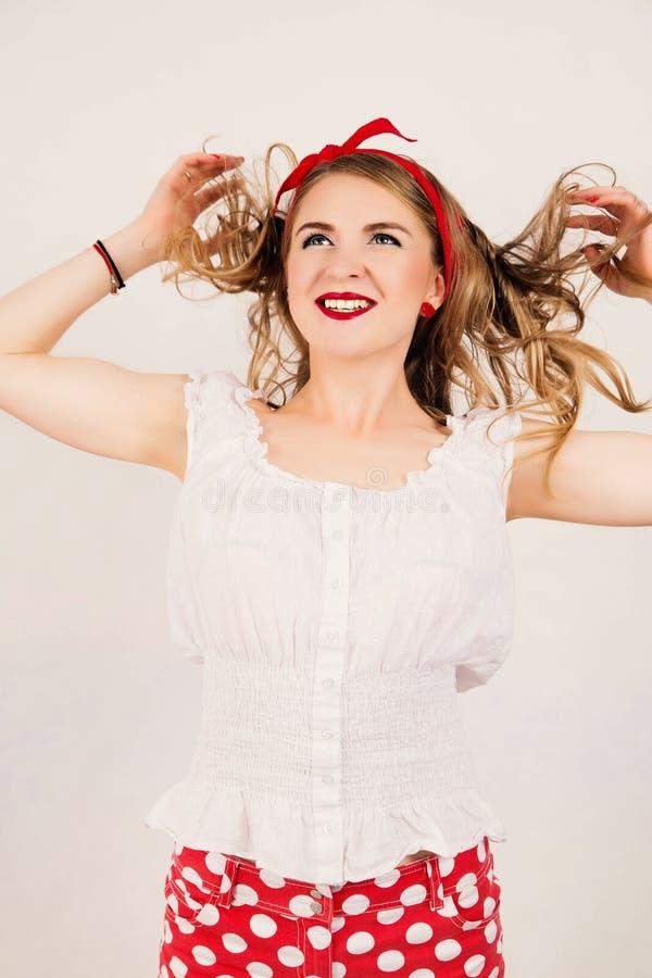 Muchacha sonriente caucásica atractiva del perno-para arriba con el pelo que sopla En blanco fotos de archivo libres de regalías
