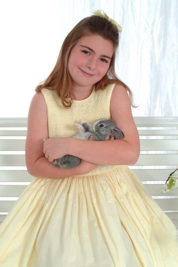 Muchacha sonriente con el conejito fotos de archivo libres de regalías