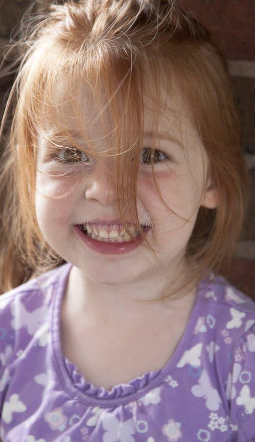 Muchacha sonriente con ensuciado el pelo imagen de archivo