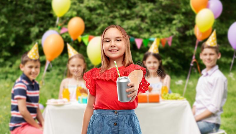 Muchacha sonriente con la bebida de la poder en la fiesta de cumplea?os imágenes de archivo libres de regalías