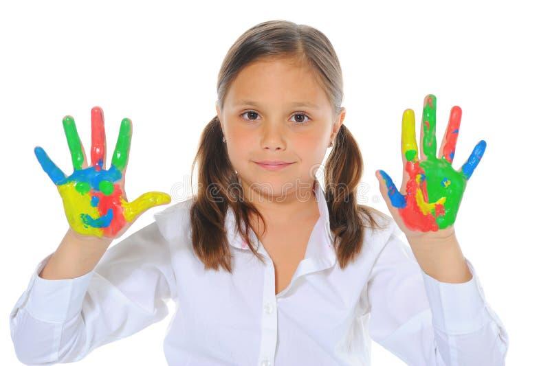 Muchacha sonriente con las palmas pintadas por una pintura. foto de archivo libre de regalías