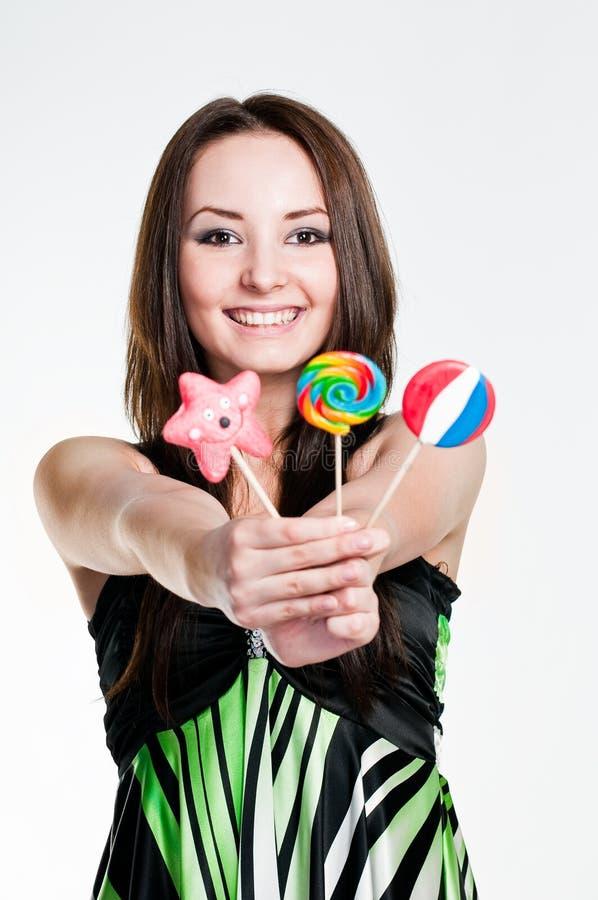 Muchacha sonriente con los lollipops foto de archivo libre de regalías