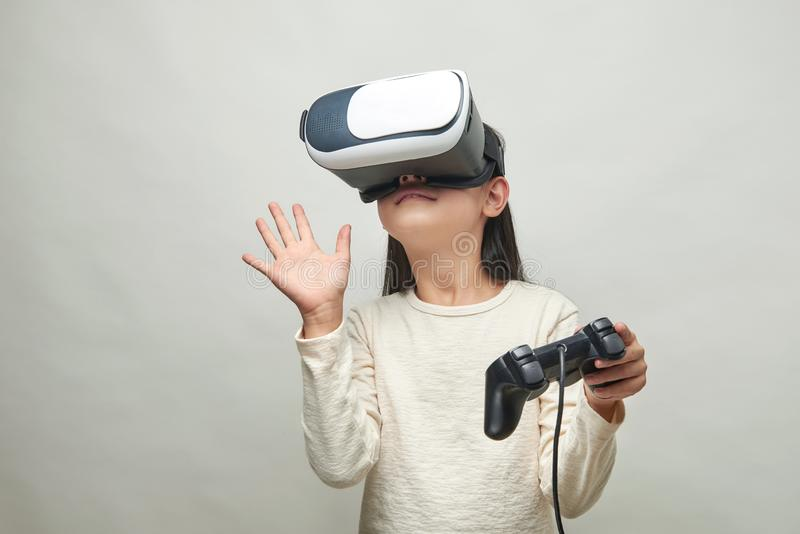 Muchacha sonriente con los vidrios de realidad virtual fotos de archivo libres de regalías