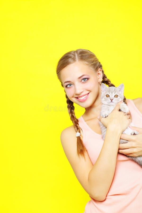 Muchacha sonriente con recto escocés fotos de archivo libres de regalías