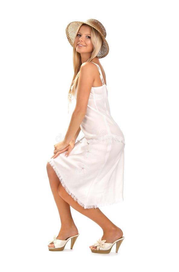 Muchacha sonriente con un sombrero imagenes de archivo