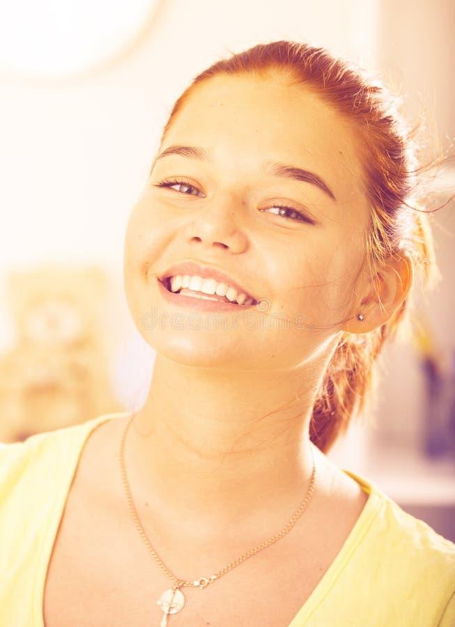 Muchacha sonriente del adolescente fotos de archivo libres de regalías
