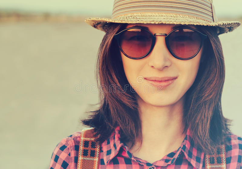 Muchacha sonriente del inconformista fotos de archivo libres de regalías