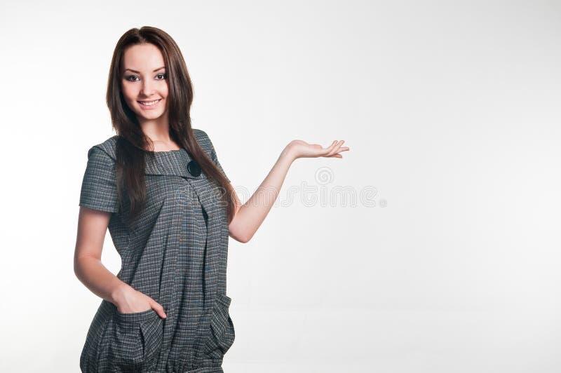 Muchacha sonriente en alineada gris foto de archivo libre de regalías