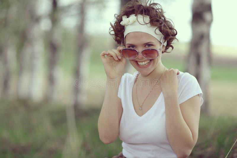 Muchacha sonriente en bosque de la primavera imagen de archivo