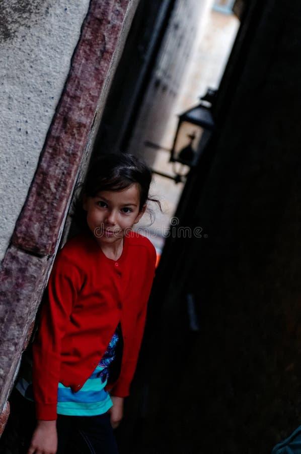 Muchacha sonriente en callejón foto de archivo libre de regalías