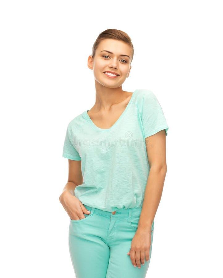 Muchacha sonriente en camiseta del color fotos de archivo libres de regalías