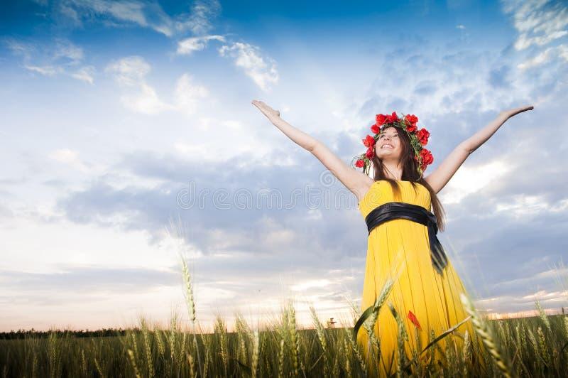Muchacha sonriente en el campo de trigo fotos de archivo