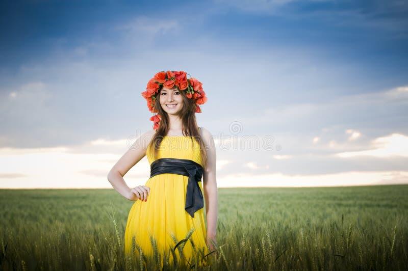 Muchacha sonriente en el campo de trigo foto de archivo libre de regalías