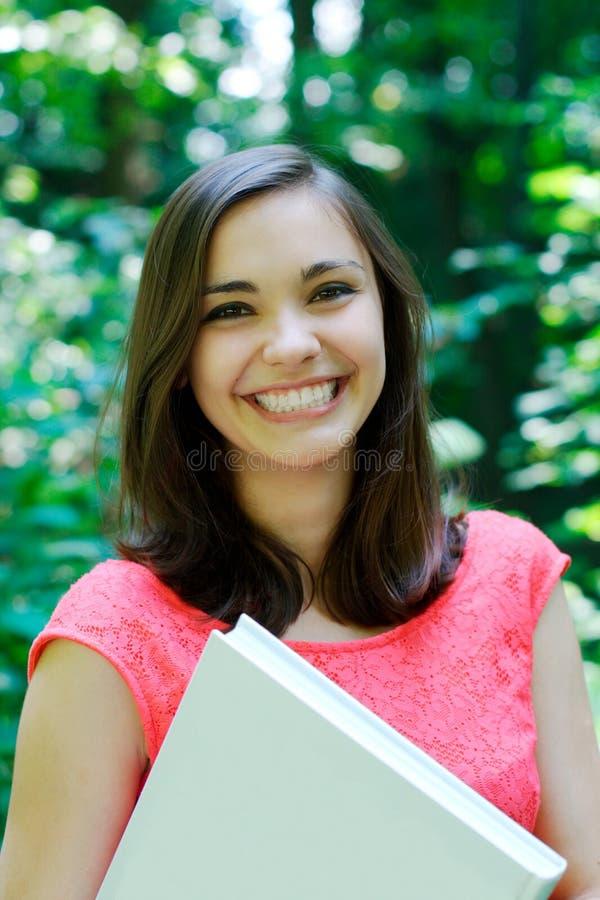 Muchacha sonriente en el parque imagen de archivo libre de regalías