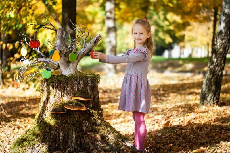 Muchacha sonriente en el parque del otoño foto de archivo libre de regalías