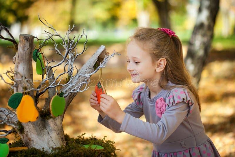 Muchacha sonriente en el parque del otoño fotografía de archivo libre de regalías