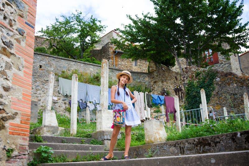 Muchacha sonriente en el pequeño pueblo Mosset imagen de archivo libre de regalías