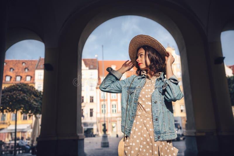 Muchacha sonriente en Europa fotografía de archivo libre de regalías