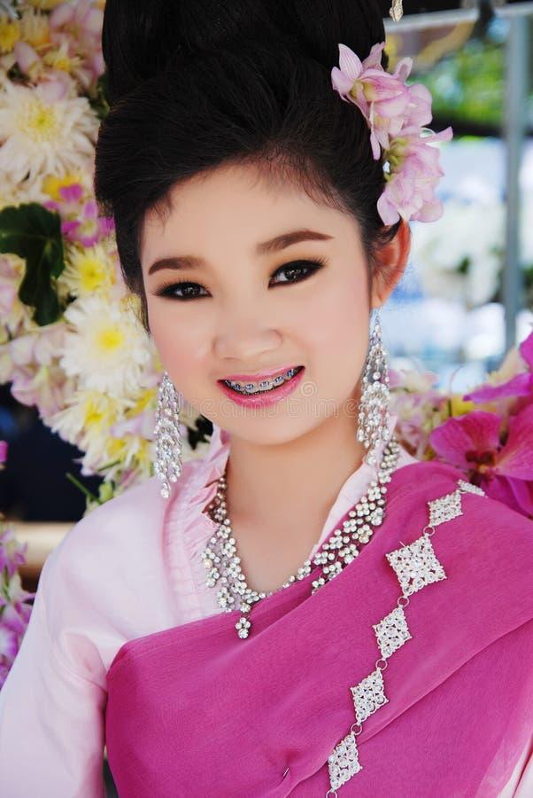 Muchacha sonriente en festival de la flor fotos de archivo