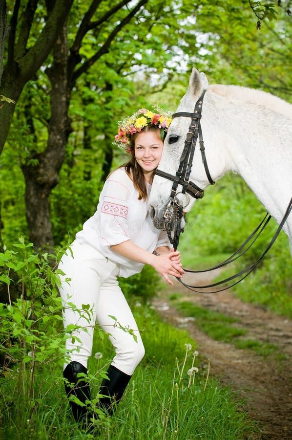 Muchacha sonriente en guirnalda floral fotografía de archivo libre de regalías