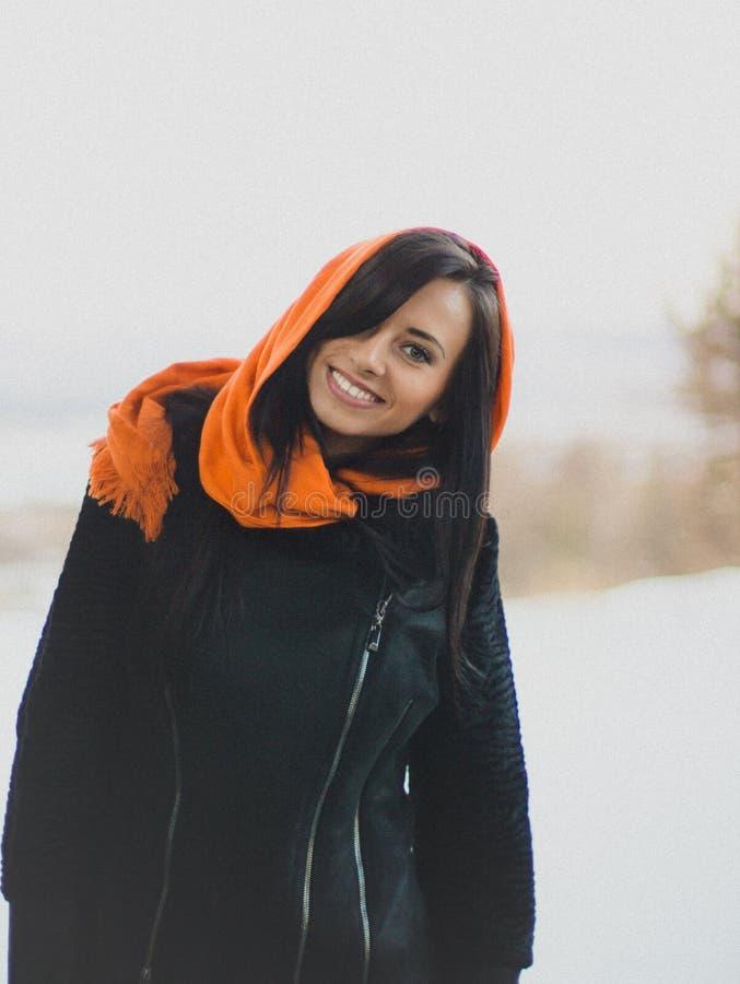 Muchacha sonriente en hijab anaranjado fotos de archivo