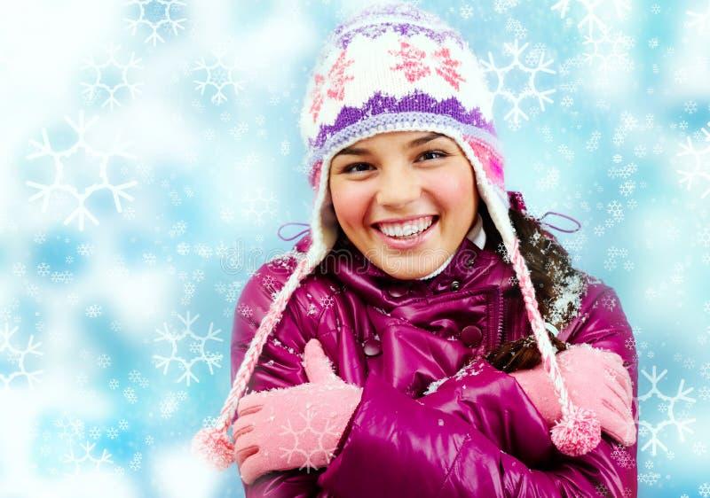 Muchacha sonriente en invierno imágenes de archivo libres de regalías