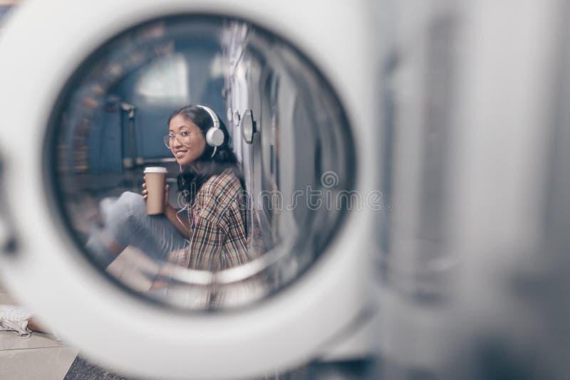 Muchacha sonriente en lavadero foto de archivo