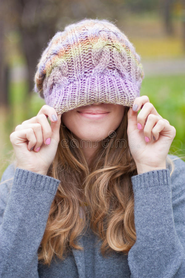 Muchacha sonriente en un sombrero hecho punto imagen de archivo libre de regalías