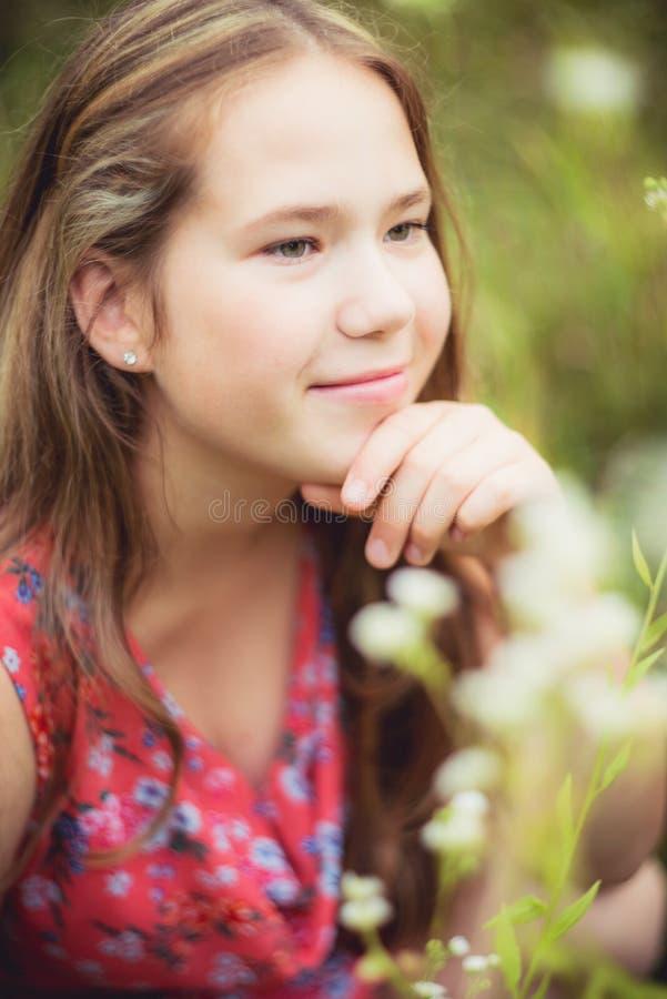 Muchacha sonriente en verano imagenes de archivo