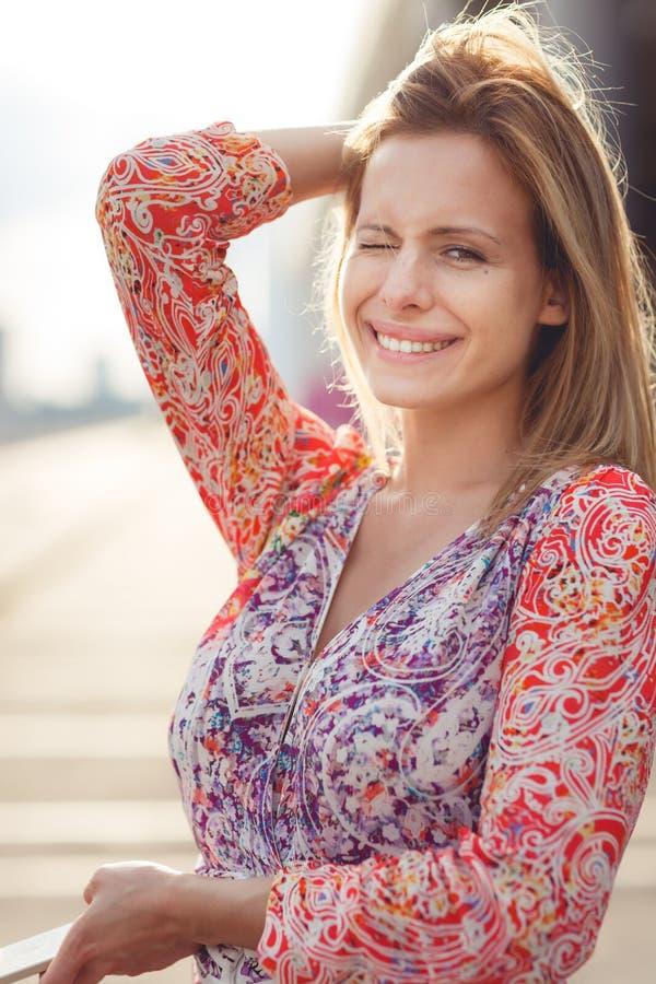 Muchacha sonriente en vestido en la calle, foto entonada imagen de archivo libre de regalías