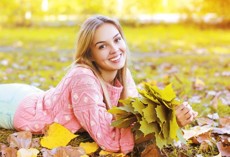 Muchacha sonriente encantadora hermosa del retrato en otoño fotografía de archivo
