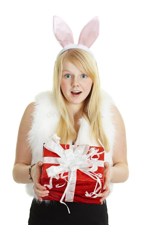 Muchacha sonriente feliz con un regalo - conejo imágenes de archivo libres de regalías