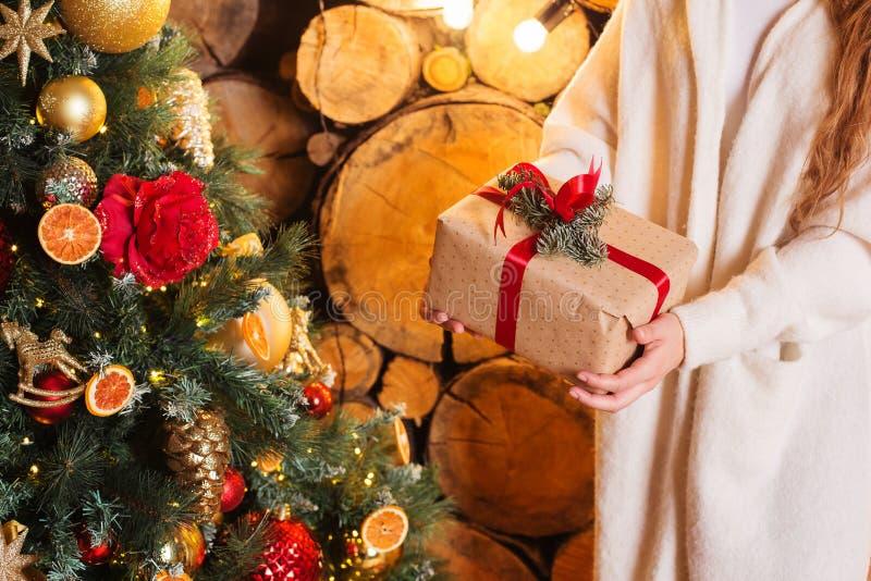 Muchacha sonriente feliz del concepto de la Navidad que sostiene las cajas de regalo foto de archivo libre de regalías