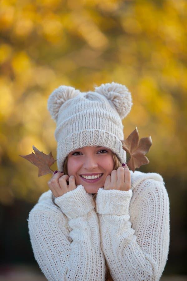 muchacha sonriente feliz del otoño imagen de archivo libre de regalías