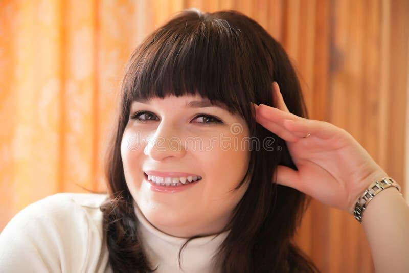 Muchacha sonriente hermosa foto de archivo libre de regalías