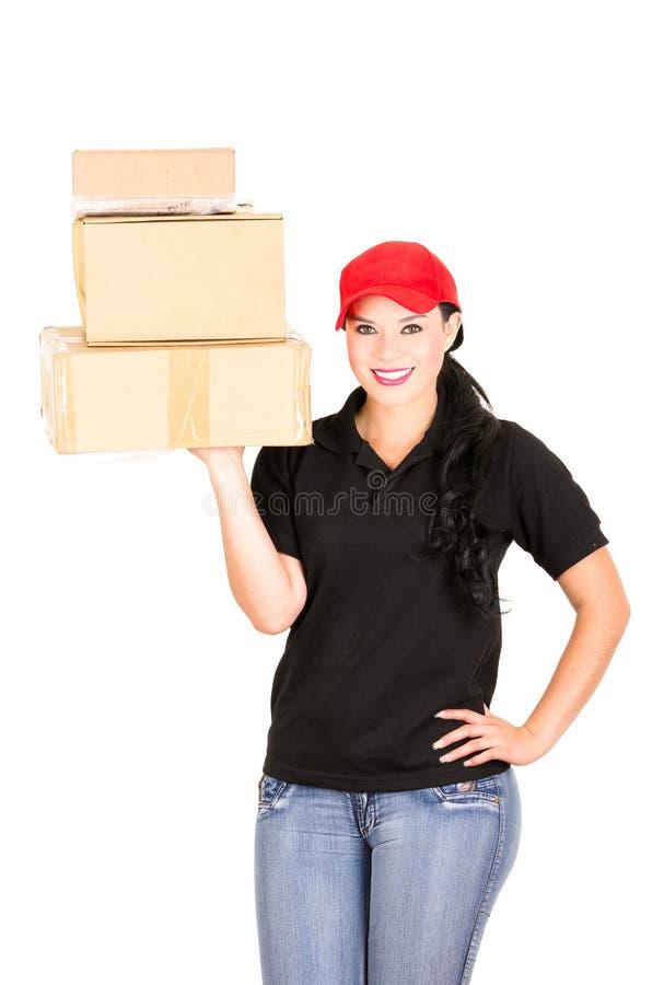 Muchacha sonriente hermosa de la entrega que lleva a cabo los paquetes foto de archivo libre de regalías