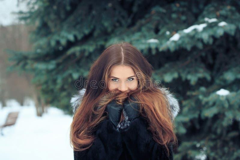Muchacha sonriente hermosa en el fondo de nevoso fotos de archivo libres de regalías