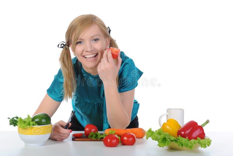 Muchacha sonriente hermosa en la cocina. imagen de archivo libre de regalías