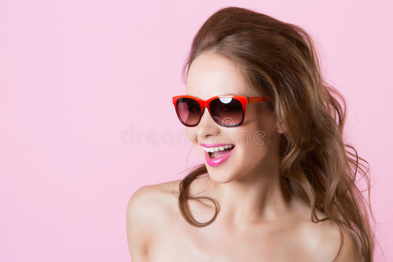 Muchacha sonriente hermosa joven en vidrios imagenes de archivo