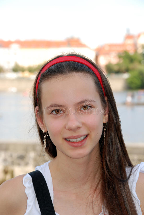 Muchacha sonriente joven imágenes de archivo libres de regalías