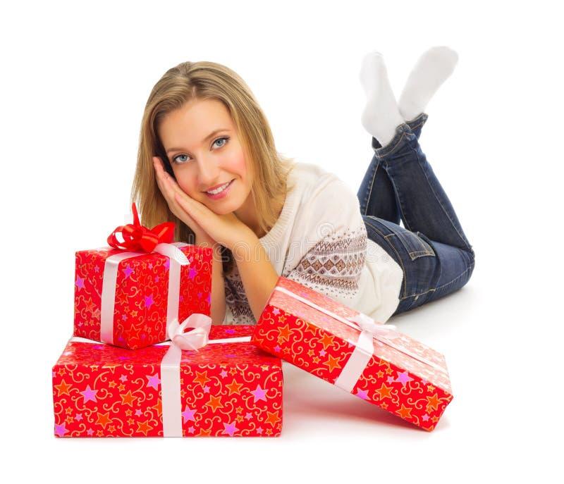 Muchacha sonriente joven con los rectángulos de regalo foto de archivo