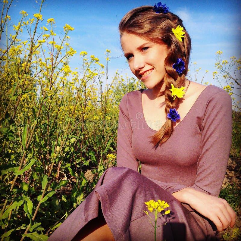 Muchacha sonriente joven en campo de la rabina fotos de archivo libres de regalías
