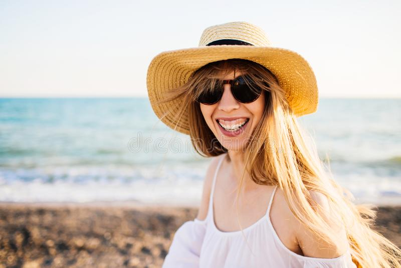 Muchacha sonriente joven que se relaja en la playa imagen de archivo libre de regalías