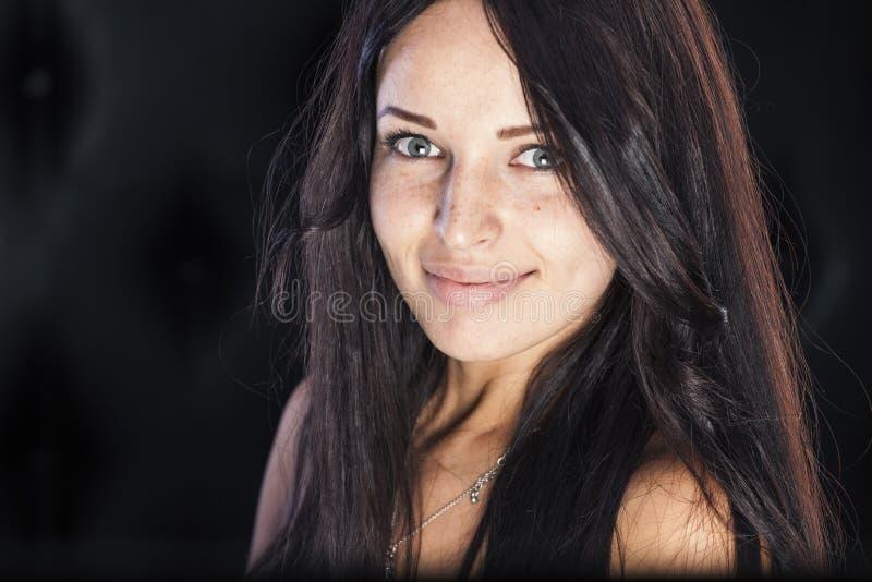 Muchacha sonriente linda con las pecas y los hoyuelos agradables fotografía de archivo libre de regalías