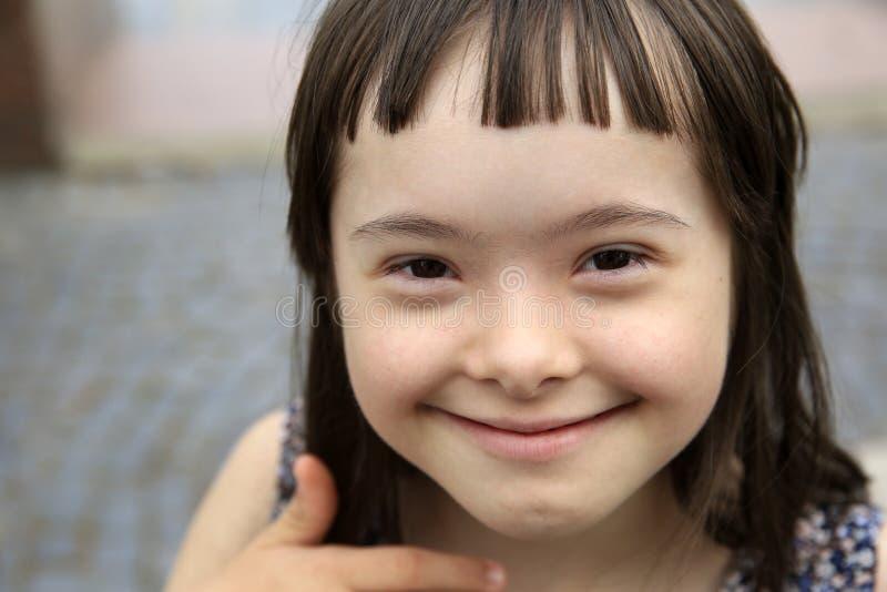Muchacha sonriente linda de S?ndrome de Down imagen de archivo libre de regalías
