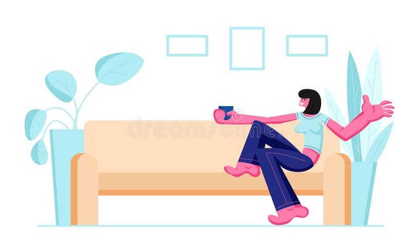 Muchacha sonriente linda que se sienta en Sofa Drinking Coffee acogedor o el carácter femenino interior nacional del té en casa q ilustración del vector