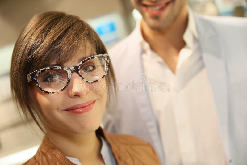 Muchacha sonriente que lleva las lentes divertidas fotografía de archivo libre de regalías