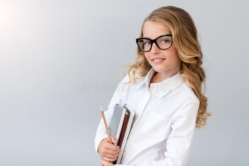 Muchacha sonriente que mira la cámara fotografía de archivo libre de regalías