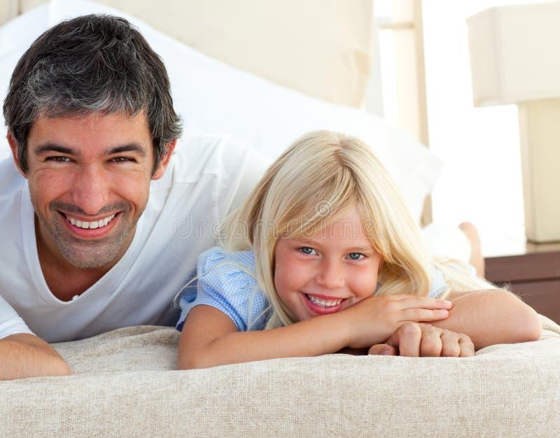Muchacha sonriente que se divierte con su padre fotografía de archivo libre de regalías