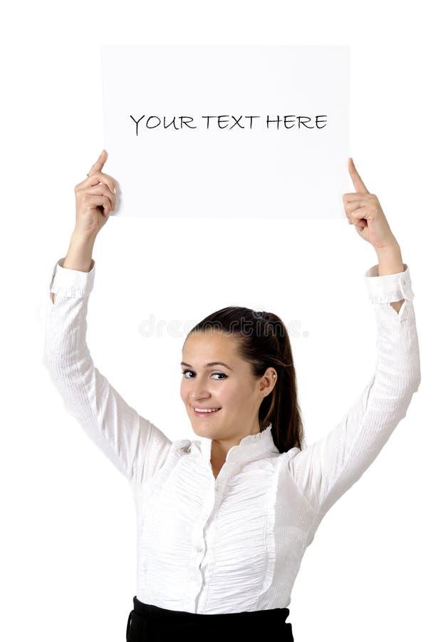 Muchacha sonriente que sostiene la cartelera blanca foto de archivo